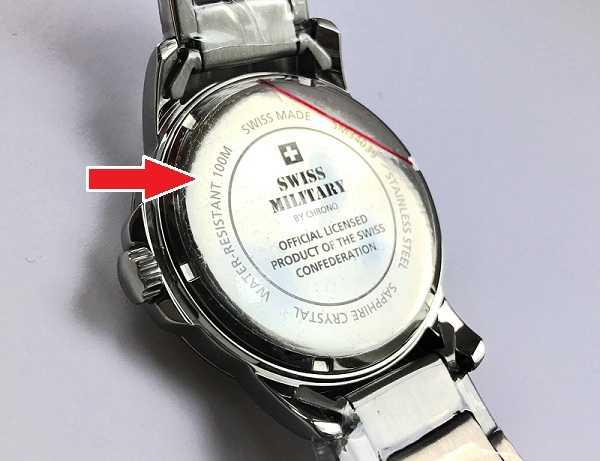 Поэтому, как минимум раз в 2 года для кварцевых часов — и каждый раз после замены батарейки необходимо контролировать состояние резиновых уплотнителей, обеспечивающих герметичность корпуса часов.